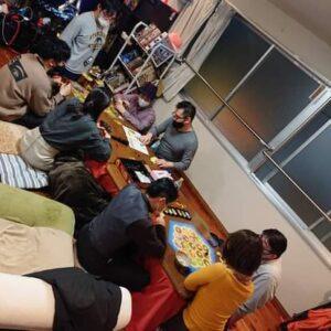 シェアハウスのリビングでボードゲーム会を開催したときの模様です。