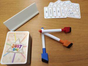 左上のものがイーゼルです。カードを立て掛けたり、解答を書き込んだりします