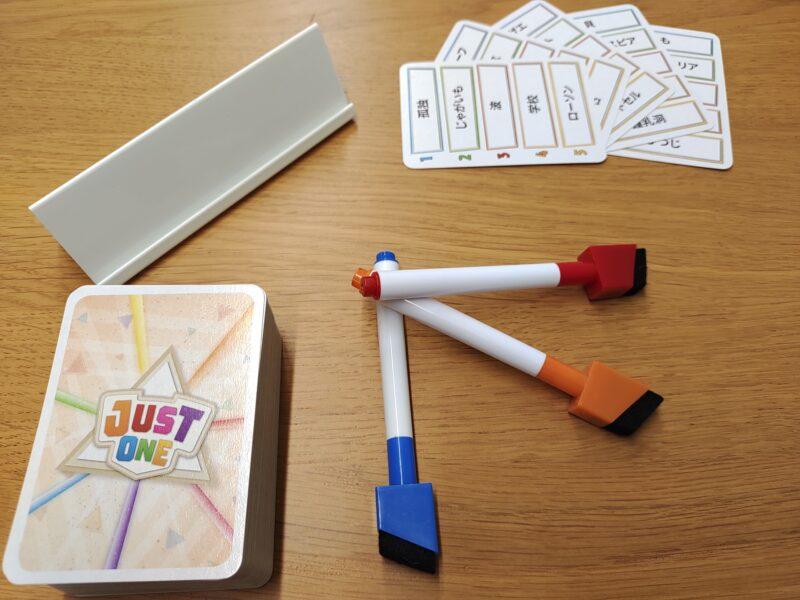 左上のものがイーゼルです。カードを立て掛けたり、回答を書き込んだりします