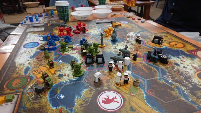 テーブルいっぱいに広がるマップ